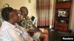 Un couple regarde l'inauguration du président Ali Bongo à Libreville, Gabon, le 27 septembre 2016.