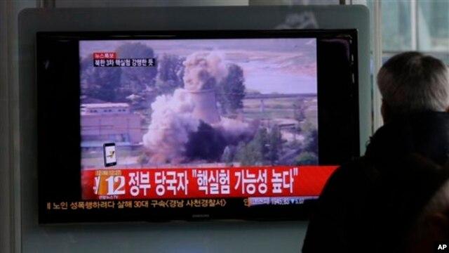 Seorang warga Korsel tengah menyaksikan penayangan berita di sebuah stasiun kereta di Seoul (12/2). Televisi tersebut menyajikan berita terkait perkembangan situasi nuklir Korut dari kompleks nuklir Yongbyon dan kemungkinan test nuklir Korea Utara. (AP Photo/Lee Jin-man).
