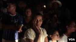 Los familiares de los internos del penal en Comayagua siguen a la espera de noticias por parte de las autoridades.