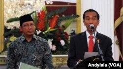Presiden Joko Widodo didampingi Menteri Agama Lukman Hakim Syaifuddin memberikan keterangan soal turunnya biaya ibadah Haji di Istana Merdeka Jakarta, 27 Mei 2015 (Foto: VOA/Andylala)