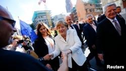 德国总统高克(右),总理默克尔(中)和街上行人(2015年10月3日)