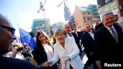德国总统高克(右)与总理默克尔在法兰克福市区与民众一起庆祝东西德统一25周年。(2015年10月3日)