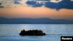 Човен з мігрантами неподалік узбережжя Греції