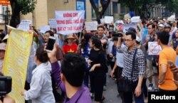 외국인 투자자에게 최장 99년 간 토지임대를 허용하는 '경제특구법'에 반대하는 시위대가 베트남 하노이에서 행진하고 있다.