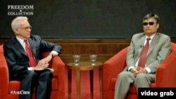 中國盲人法律維權人士陳光誠(右)在德克薩斯州的喬治.W.布殊研究所與所長格拉斯曼在現場交談並接受提問(2013年4月3日資料照)