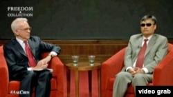 中国盲人法律维权人士陈光诚(右)在德克萨斯州的乔治.W.布什研究所与所长格拉斯曼在现场交谈并接受提问(2013年4月3日)
