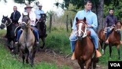 Los presidentes de Chile, Sebastián Piñera, y de Ecuador, Rafael, druante una cabalgata en la región chilena de Los Ríos.