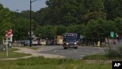 Des véhicules de secours interviennent suite à la fusillade au centre municipal de Virginia Beach à Virginia Beach en Virginie le 31 mai 2019.