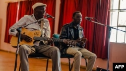 Le musicien Tuku en répétition avec un groupe de jeunes musiciens à Norton, à 45 km de Harare, le 12 janvier 2018.