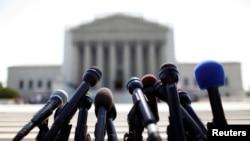Microphone dari berbagai stasiun berita menunggu pengumuman dari Mahkamah Agung di Washington, 25 Juni 2013 (Foto: dok). MA Amerika memulai tugas barunya dengan mendengar argumen terkait kasus dana kampanye, Senin (7/10).