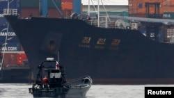 지난해 7월 파나마에서 신고하지 않은 무기를 싣고 가다 적발된 북한 국적 선박 '청천강' 호.