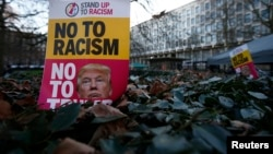 Para demonstran di Inggris melakukan aksi protes menentang Donald Trump di luar Kedutaan AS di London hari Jumat (20/1) bertepatan dengan pelantikan Trump sebagai Presiden AS ke-45.
