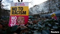 Những người biểu tình cầm biểu ngữ 'Nói không với chủ nghĩa cực đoan' đứng bên ngoài tòa đại sứ Mỹ tại London, Anh, trong ngày nhậm chức của ông Donald Trump 20/1/2017.
