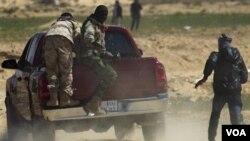 Rebèl k ap kouri nan Libi apre fòs Kadhafi yo pase a latak
