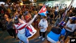 ບັນດາສະມາຊິກປະຊາຄົມຄິວບາ ພາກັນສະຫລອງຕໍ່ການເສຍຊີວິດຂອງ ທ່ານ Fidel Castro ຢູ່ຕໍ່ໜ້າຮ້ານອາຫານ Versailles ຢູ່ທີ່ຄຸ້ມບ້ານ Little Havana ໃນນະຄອນ Miami.