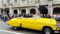 奧巴馬訪問古巴時,古巴人在上街等待一睹美國總統風采(美國之音海倫拍攝)
