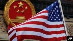 Tư liệu - Quốc kỳ Mỹ tung bay trước Quốc huy của Trung quốc. Ảnh chụp ngày 9/11/ 2017. (AP Photo/Andy Wong, File)