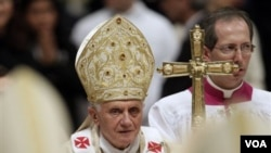Paus Benediktus XVI dalam acara Misa malam Natal di gereja Santo Petrus, Vatikan, Jumat malam.
