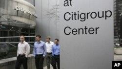 Sekelompok orang melintasi Citigroup Center di New York (Foto: dok). Karena terkena imbas resesi, Citigroup yang berbasis di Amerika ini akan menutup 16 cabang banknya di Yunani.