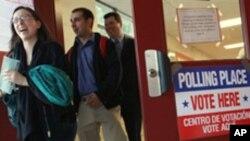 维吉尼亚州阿灵顿地区选民3日投票后步出投票站
