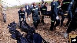 Nhân viên cứu hộ Ai Cập khiêng thi thể của khách du lịch nước ngoài bị thiệt mạng trong vụ rớt khinh khí cầu ở phía tây thành phố Luxor, 510 km về phía nam thủ đô Cairo.