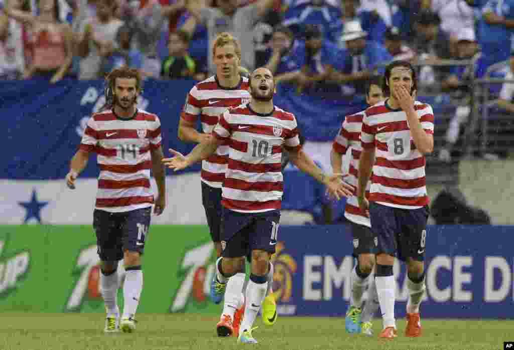 El capitán de Estados Unidos, Landon Donovan rodeado por sus compañeros celebrando uno de sus goles en la semifinal ante Honduras.