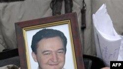 Nataliya Magnitskaya, mẹ của luật gia Sergei Magnitsky, cầm bức chân dung của ông và thư ông gửi cho bà từ nhà tù, 30/11/2009