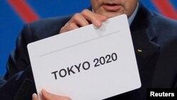 Jacques Rogge, Chủ tịch Ủy ban Olympic Quốc tế (IOC), công bố Tokyo là thành phố đăng cai Thế Vận Hội mùa hè 2020 trong buổi lễ ở Buenos Aires, ngày 7 tháng 9, 2013.