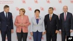 Lideri centralnoevropskih zemalja sa nemačkom kancelarkom Angelom Merkel na sastanku u Varšavi