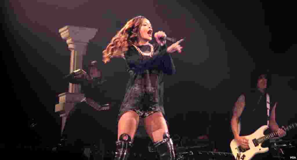 """Durante la primera parte del show Rihanna mostró un """"look"""" más sobrio y serio matizado todo en blanco y negro."""