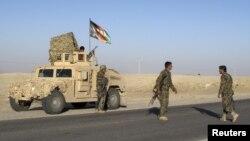 Tentara Nasional Afghanistan berjaga di provinsi Helmad (Foto: dok). Dua pria berseragam tentara Afghanistan dikabarkan menembaki pasukan koalisi dan menewaskan dua tentara NATO di propinsi ini, Sabtu (12/5).