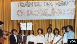 Toán Du ca Hạc Trắng trong một buổi hát cộng đồng ở San Jose, California tháng 12/1980 (Ảnh: Bùi Văn Phú)