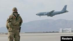 Un militar estadounidense observa el aterrizaje de una aeronave en la base aérea de Kandahar, Afganistán, el 23 de enero de 2020.