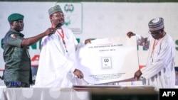 Mahmood Yakubu, Komisi Independen Pemilu Nasional Nigeria (INEC), memperlihatkan lembar hasil pemilu di Abuja, 25 Februari 2019.
