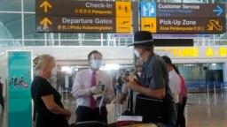 Warga Australia diperiksa petugas di Bandara Internasional Ngurah Rai, Bali, Rabu, 18 Agustus 2021. (Foto: AP)