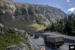 Konvoi tentara India bergerak di jalan raya Srinagar-Ladakh di Gagangeer, timur laut Srinagar, Kashmir yang dikuasai India, 9 September 2020.