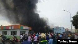 베트남 내 반중시위가 시작된 지난 13일 베트남 남부 동나이성 연짝공단에 진출한 한 한국기업 앞에서 시위대가 불을 질러 연기가 솟고 있다.