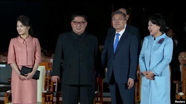 Presiden Korea Selatan Moon Jae-in dan pemimpin Korea Utara Kim Jong-un dalam upacara perpisahan pasca pertemuan antar-Korea di desa gencatan senjata Panmunjom, Korea Utara, 27 April 2018. (Foto: videograb)