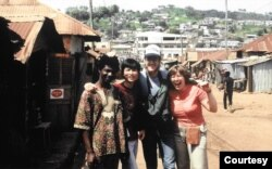 Giảng viên tiếng Pháp (bên trái), tác giả và hai bạn tình nguyện viên (Ảnh: Bùi Văn Phú)