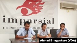Direktur Imparsial Al Araf bersama 2 aktivis Imparsial lainnya saat menggelar konferensi pers terkait Restrukturisasi di tubuh TNI di Kantor Imparsial di Jakarta pada Rabu (6/2). Foto: VOA/Ahmad Bhagaskoro