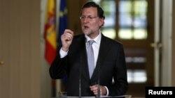 PM Mariano Rajoy berbicara dalam sebuah pertemuan di Madrid Desember 2012. Saat ini ia dituntut mundur atas tuduhan korupsi.