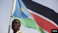 Warga Sudan Selatan melambai-lambaikan bendera negara baru itu di ibukota Juba (8/7).