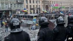 Polisi Ukraina melakukan penjagaan terhadap gedung-gedung pemerintah di ibukota Kiev, Ukraina sementara unjuk rasa berlanjut (21/1).