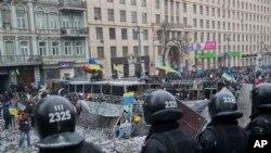 Kiev'de hükümet binalarını kordon altına alan polisler
