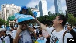 有香港市民帶同小朋友參與毅行爭普選,佔中發起人戴耀廷(右)逗小朋友玩 (美國之音湯惠芸拍攝)