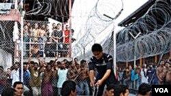 Para imigran gelap yang ditahan di pusat penahanan imigran di luar Kuala Lumpur, Malaysia (foto: dok.)