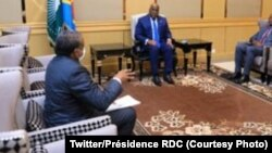 Dr. Jean-Jacques Muyembe (G), mokambi ya secrétariat technique ya bitumba na COVID-19 na masolo na président Félix Tshisekedi (c) na Palais de la nation, Kinshasa, 11 évrier 2021. (Twitter/Présidence RDC)