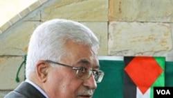 Presiden Palestina Mahmoud Abbas saat melakukan peletakan batu pertama gedung Kedutaan Palestina di Brasilia, Jumat 31 Desember 2010.