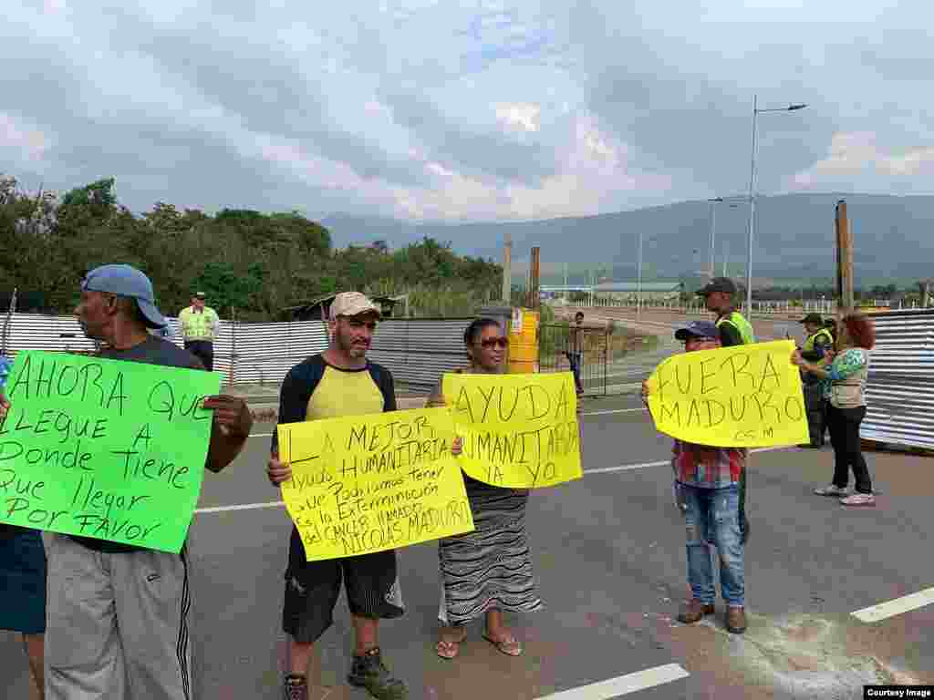 Venezolanos salieron con carteles el viernes en Cúcuta, protestando en contra de Nicolás Maduro.