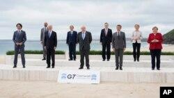 Para pemimpin G-7 berpose bersama di Carbis Bay, St. Ives, Cornwall, Inggris hari Jumat (11/6).